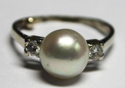 BAGUE en or gris ornée d'une perle blanche...