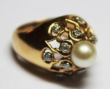 BAGUE dôme en or jaune ornée d'une perle...