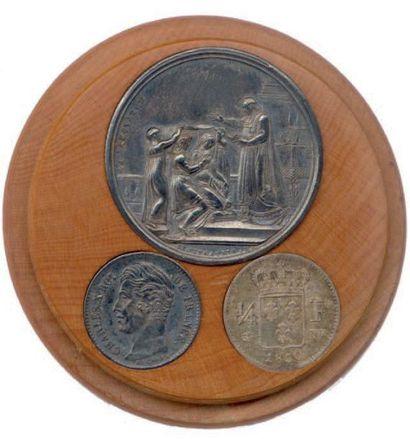 Boite en bois clair renfermant une médaille...