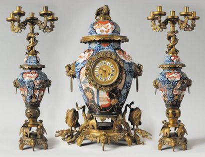 GARNITURE DE CHEMINEE en porcelaine Imari du XVIIIème siècle comprenant une potiche...