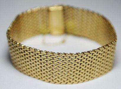BRACELET souple en or jaune à maille tressée....