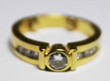 BAGUE en or jaune ornée d'un diamant de taille...