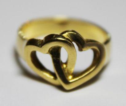 BAGUE en or jaune stylisant deux coeurs entrelacés....