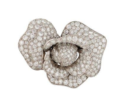 BROCHE en or gris et platine stylisant un bouton de rose entierement serti de diamants...