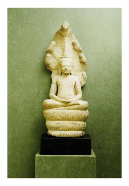 Cambodge Khmer. Bouddha assis sur le naga en grès gris. H. 89 cm.