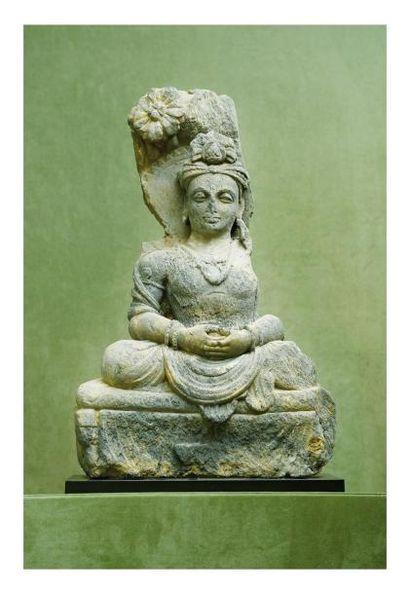 Gandhara 2/4ème siècle. Statuette de bouddha assis en schiste gris. H. 57 cm.