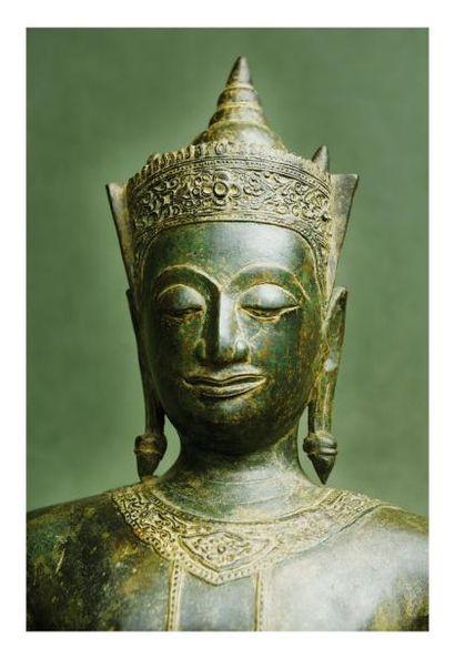 Thaïlande 16ème siècle. Statuette de bouddha debout en bronze à patine brune, la...