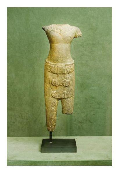 Cambodge Khmer 11/13ème siècle. Torse de divinité masculine debout en grès gris...