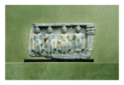 Gandhara 2/4ème siècle. Bas relief en schiste gris à décor sculpté de quatre personnages....
