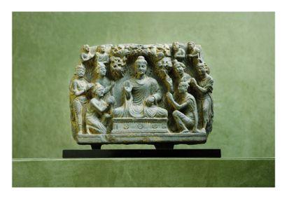 Gandhara 2/4ème siècle. Bas relief en schiste gris sculpté de bouddha assis entouré...