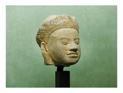 Cambodge Khmer 12ème siècle. Tête de divinité en grès la coiffe ornée d?un diad...