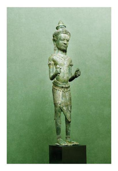 Cambodge 12ème siècle? Statuette de divinité debout en bronze à patine verte. H....