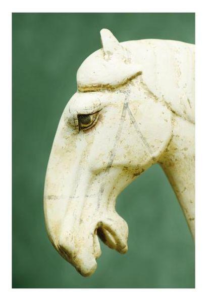 Chine époque Tang. Statuette de cheval sellé à l?arrêt en terre cuit recouverte...