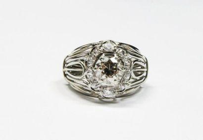 BAGUE MARGUERITE en or gris ornée de diamants...