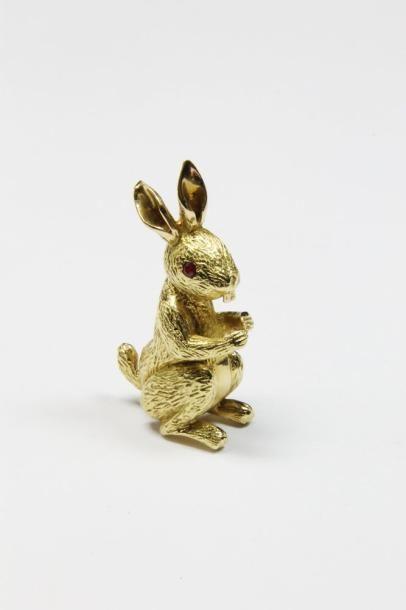 BROCHE en or jaune stylisant un lapin, le...