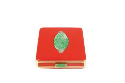 Minaudiere en or jaune, laque rouge, motifs en jade gravé stylisant des fleurs,...