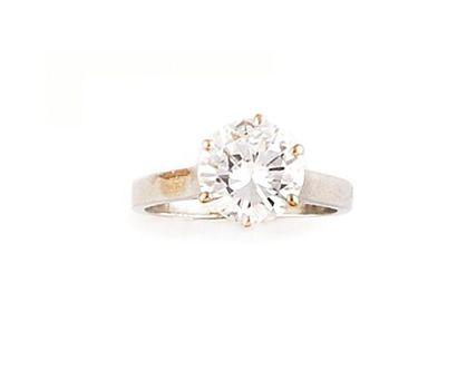 Solitaire en platine retenant un diamant...