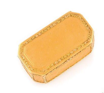 Boite en or jaune guillochée, de forme rectangulaire...