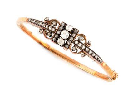 Bracelet ancien en or jaune orné de diamants...
