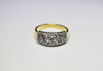 BAGUE en or jaune ornée d'un pavage de diamants...