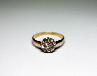 BAGUE ancienne en or jaune ornée de diamants...