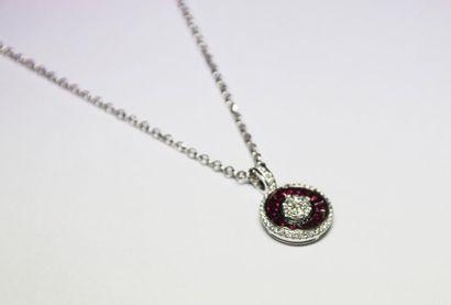 PENDENTIF en or gris orné d'un diamant central...
