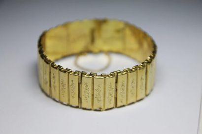 BRACELET en or jaune orné d'un motif de volutes...