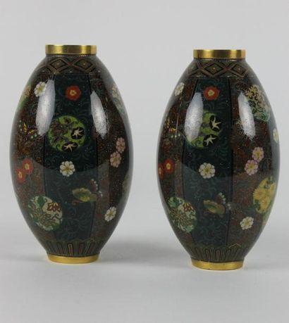 JAPON - Epoque MEIJI (1868 - 1912) Paire de vases de forme balustres en bronze doré...