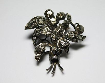 BROCHE en argent stylisant une gerbe de fleurs...