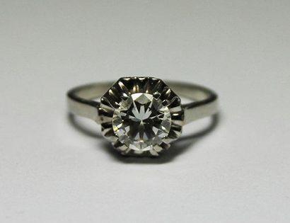 BAGUE en or gris, la monture ornée d'un diamant...