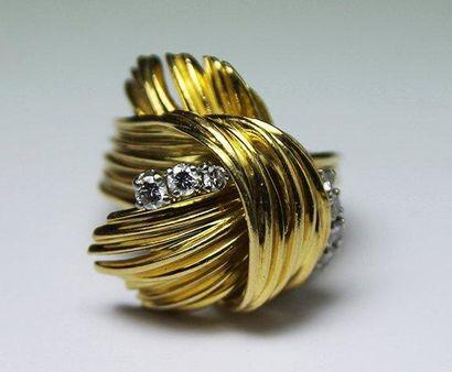 BAGUE en or jaune, guillochée et ornée d'une...