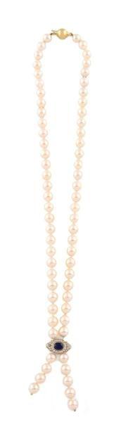 COLLIER SAUTOIR en perles calibrés retenant...