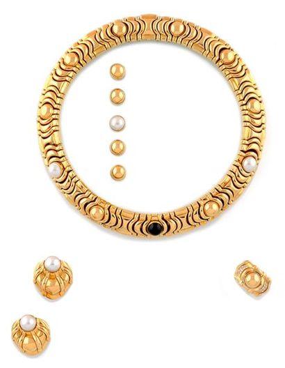 PIAGET PARURE en or jaune, comprenant: un collier, une paire de boucles d'oreilles...