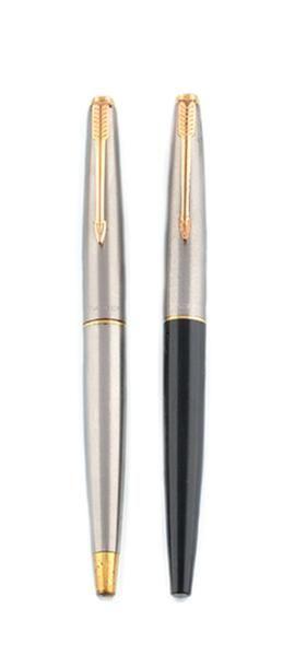 PARKER LOT de deux stylos plume en acier et métal doré. Poids brut: 34 g A steel...