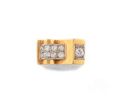 BAGUE style Tank en or jaune et platine, sertie de deux ceintures de diamants, et...