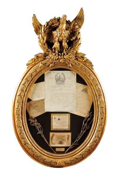 IMPORTANT CADRE RELIQUAIRE ovale, en bois et stuc doré, à décor de frises de perles...