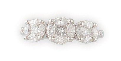 BAGUE en or gris, ornée de trois diamants...