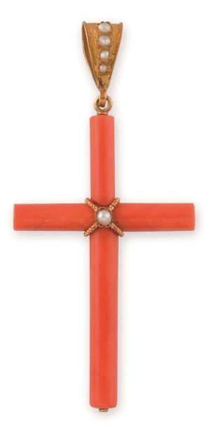 CROIX en corail couleur peau d'ange, ornée...
