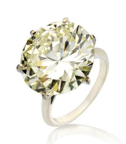 Solitaire en or gris orné d'un diamant de taille brillant moderne pesant 15.09 carats...