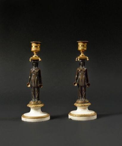 PAIRE DE BOUGEOIRS en bronze doré et patiné...