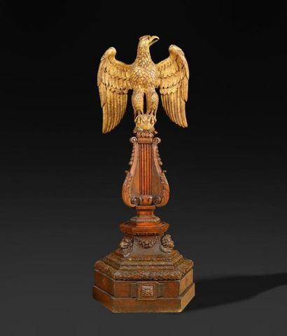 GRAND AIGLE en bois doré, les ailes déployées...