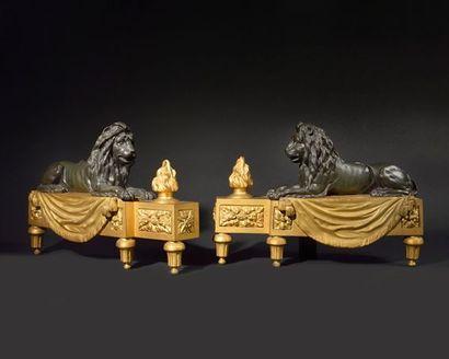 PAIRE DE CHENETS en bronze patiné et doré,...