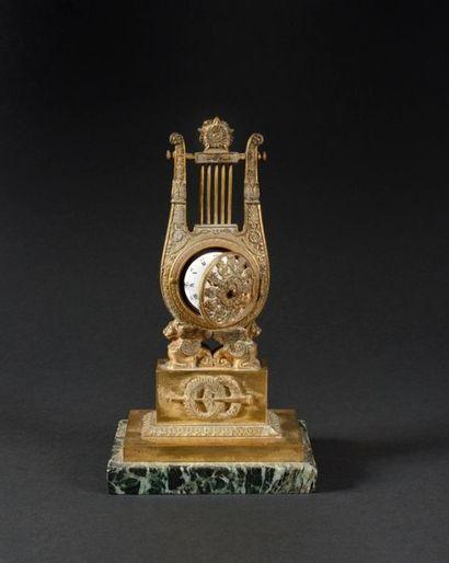 PORTE-MONTRE en forme de lyre, en bronze,...