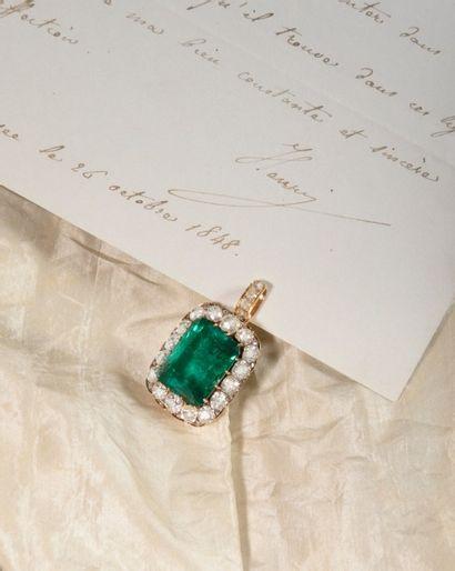 Pendentif et sa bélière amovible sertie de quatre diamants de taille rose, retenant...