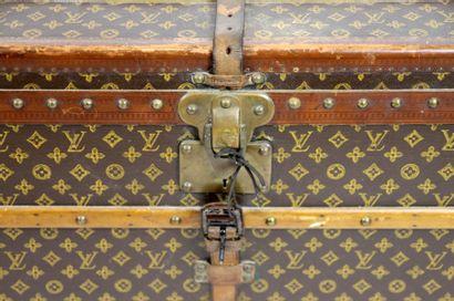 LOUIS VUITTON LOUIS VUITTON  MALLE courrier en toile Monogram, bords lozinés,deux...