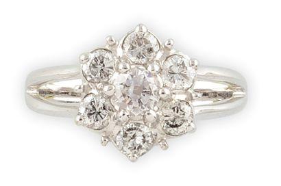 BAGUE en or gris stylisant une fleur sertie d'une succession de diamants de taille...