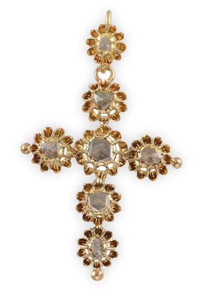 PENDENTIF CROIX en or jaune sertie d'une succession de diamants taille rose. Poids...