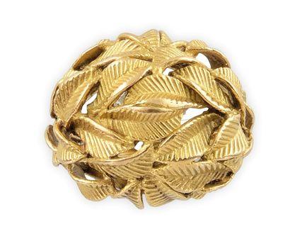 BAGUE en or jaune, la monture bombée sertie d'une succession de feuilles finement...