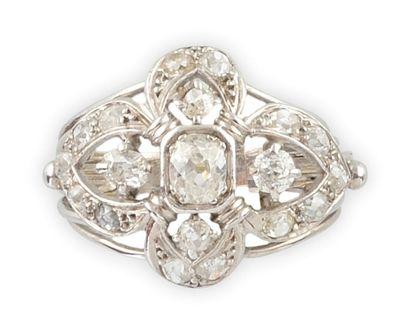 BAGUE en or gris et platine, la monture ajourée au motif stylisant 'une fleur de...
