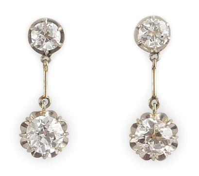 PAIRE DE BOUCLES D'OREILLES en or jaune, la monture ajourée retenant un diamant...